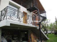 вита стълба и метален парапет